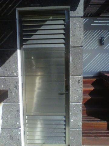 Puerta de ba o con ventilacion aluminio roga - Ventilacion para banos ...