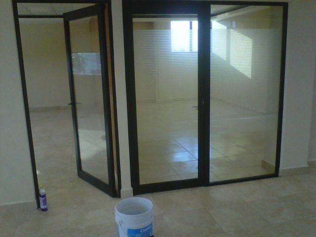 Puertas y fijos para oficinas aluminio roga for Puertas para oficinas precios