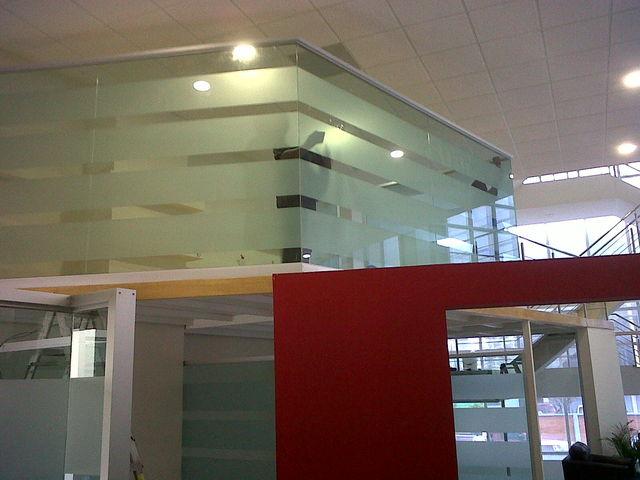 Mezanine de cristal para oficinas aluminio roga for Paredes de cristal para oficinas