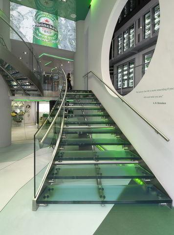 Huellas y barandales para escaleras en cristal templado for Barandales de aluminio blanco